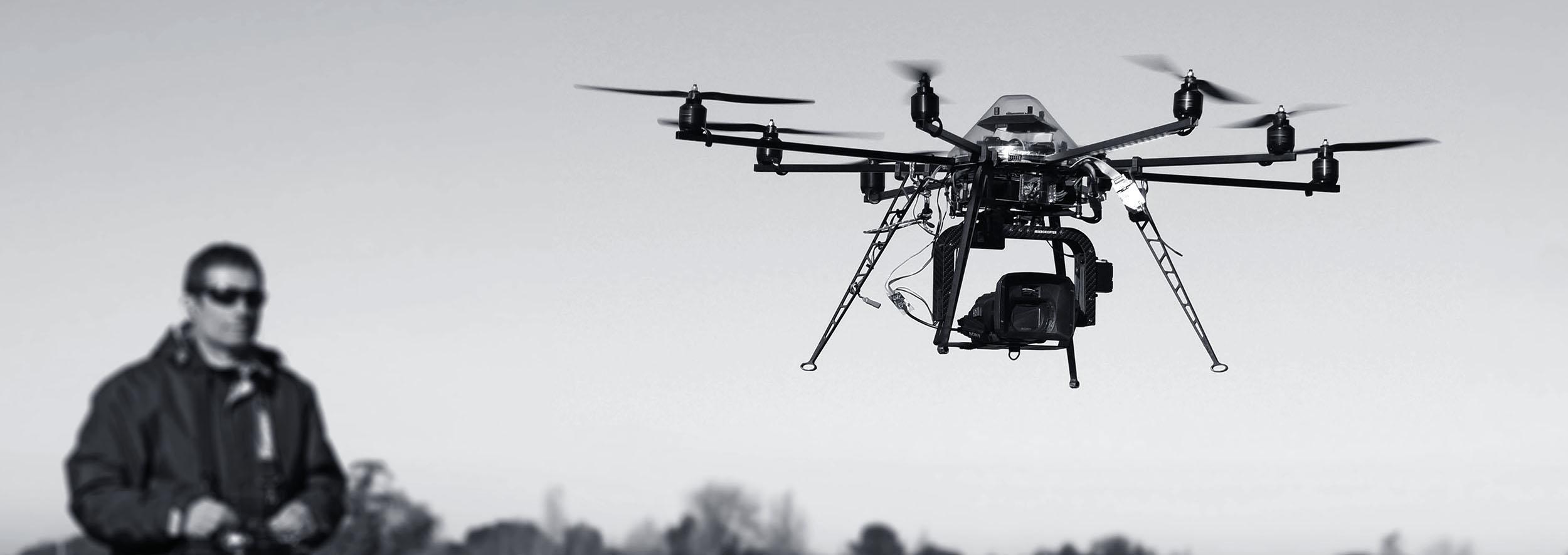 Cette photo represente Mathieu Chambraud en train de piloter un drone professionnel